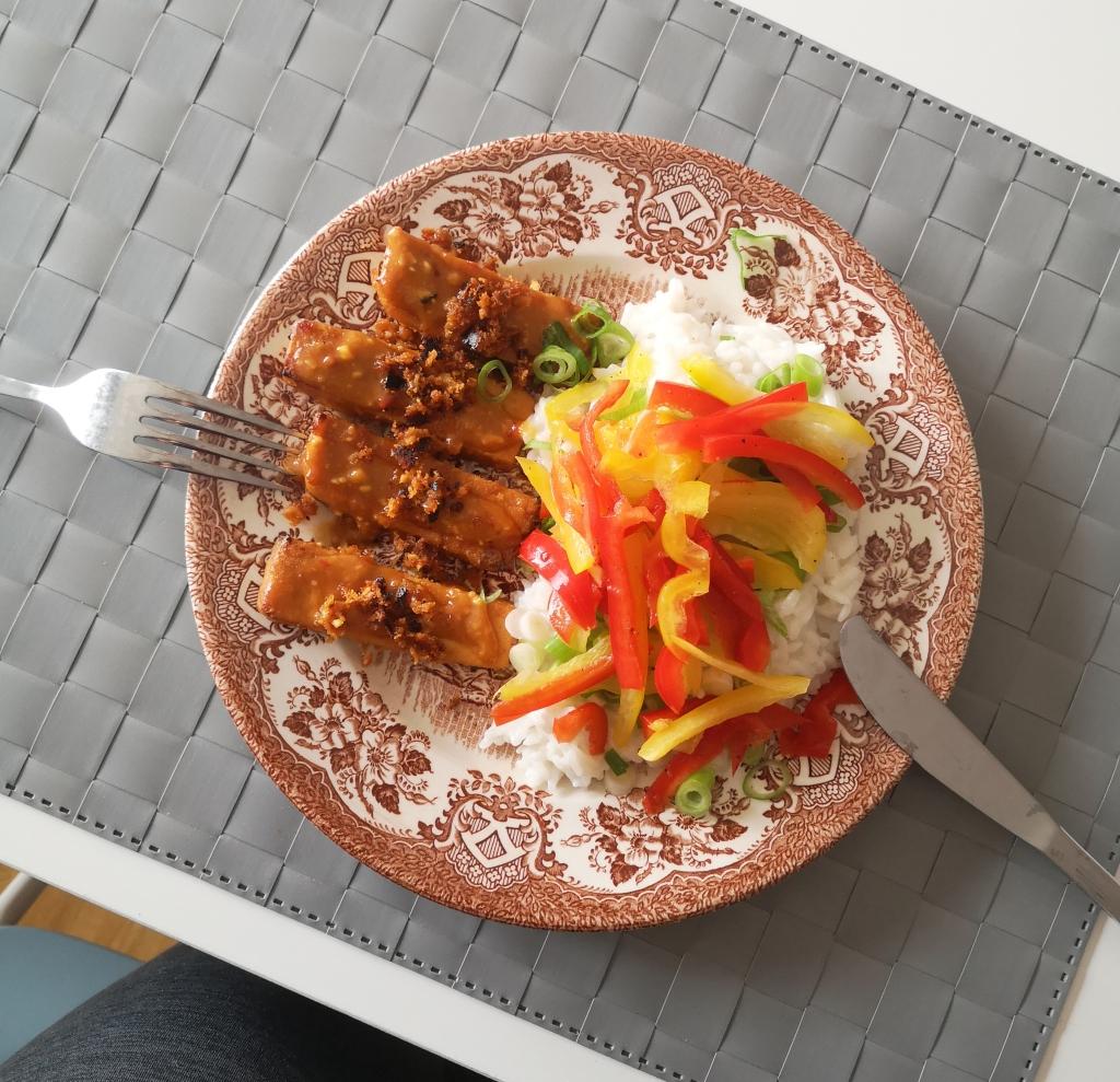 Veganer Milchreis mit würzig mariniertem Tofu