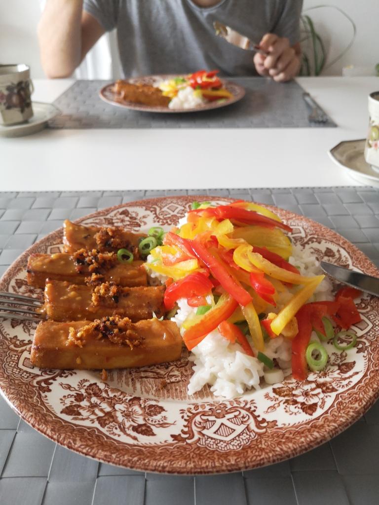 Veganer Milchreis mit würzig eingelegtem Tofu