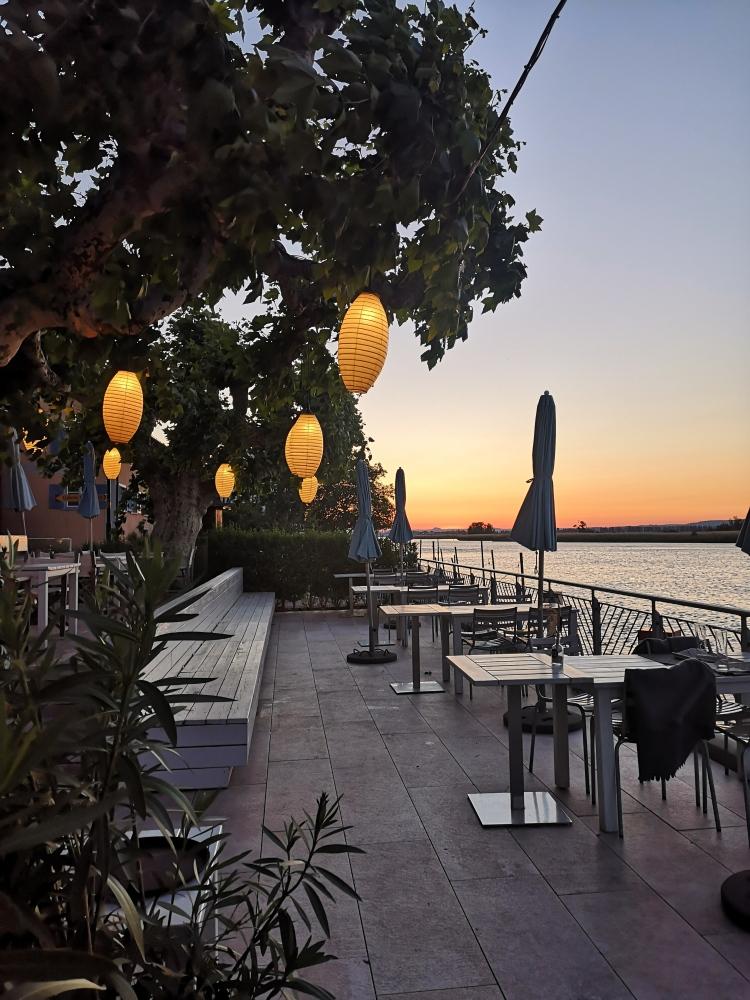 Seeterrasse des Restaurants Krone in Gottlieben bei Sonnenuntergang